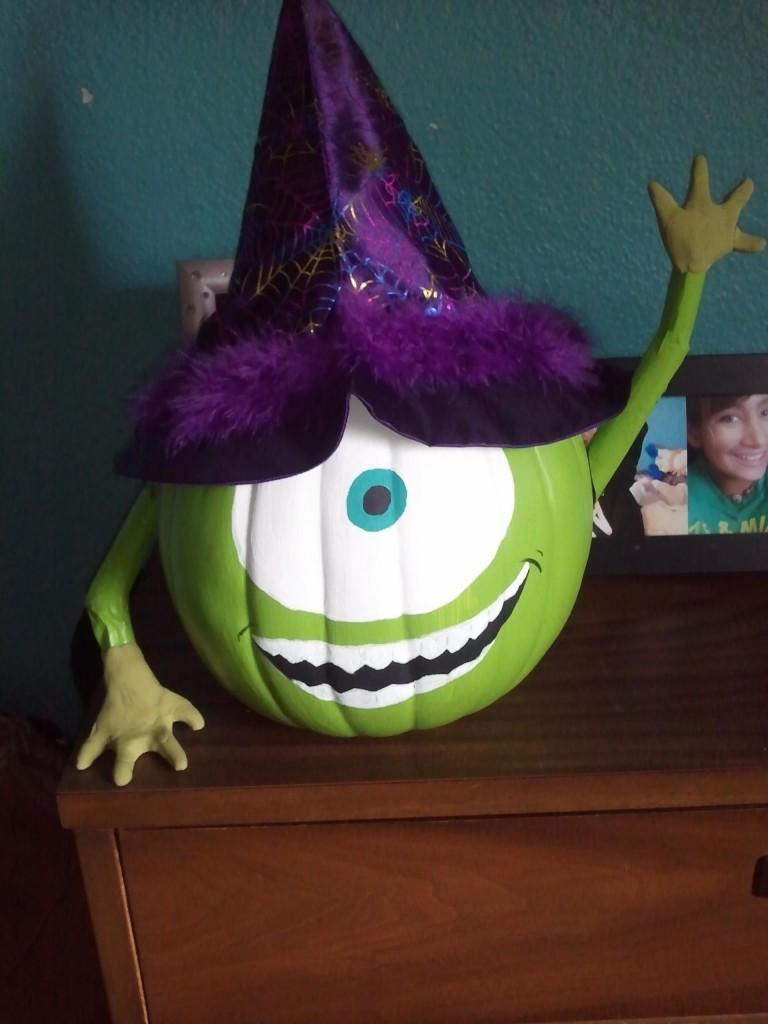 Creative pumpkin decorating for Alien decoration